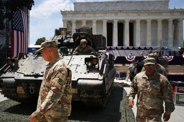 حضور تانک ها در خیابان های واشنگتن در رژه روز استقلال آمریکا